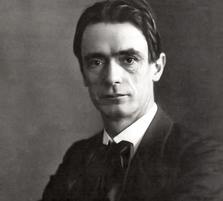 Rudolf Steiner wurde am 27. Februar 1861 im heutigen Kroatien geboren und starb am 30. März 1925 in Dornach. Er war ein Pionier des 20. - Rudolf_Steiner_1905-773x700