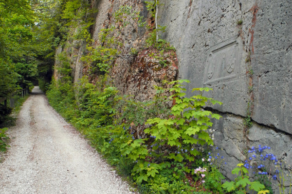 Belchensüdstrasse mit Inschrift am Felsen